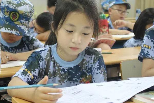 北京军事化管理夏令营,引导中小学生遵纪自律