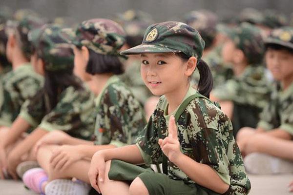 广州儿童军训夏令营培养好性格不可错过