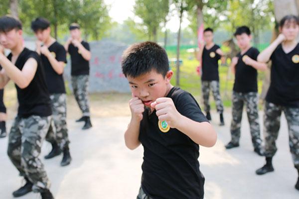 广州军训夏令营全面培养学生优良作风